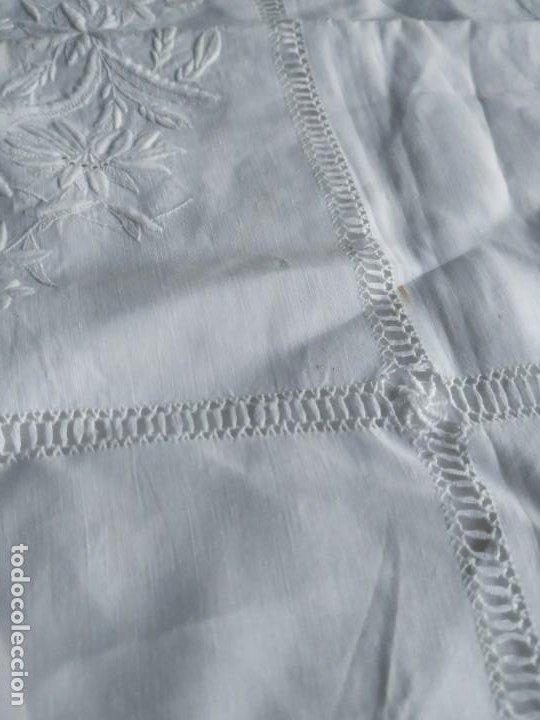 Antigüedades: Antigua funda de almohada cojín de hilo fino con bordados, filtiré y puntilla. Medidas: 84 x 77 cm. - Foto 7 - 244841345