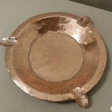 Antigüedades: ANTIGUO CENICERO DE COBRE, CINCELADO A MANO. 12 CM. DE DIÁMETRO. 1900. MUY LIMPIO Y BRILLANTE.. Lote 244843190