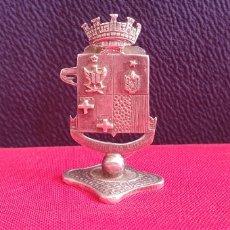 Antigüedades: ESCUDO FIDE ITUR AD ASTRA DE PLATA. Lote 244847955