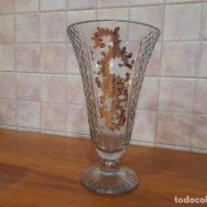 Antigüedades: GRAN JARRON ANTIGUO EN CRISTAL TALLADO Y DORADO. Lote 244850465