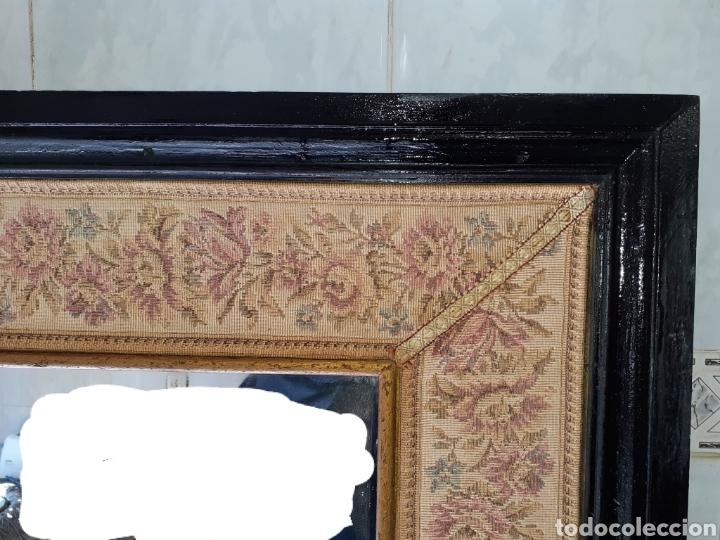 Antigüedades: Gran Espejo con marco de madera y tapiz.. 101 x 79 cm - Foto 3 - 244887695