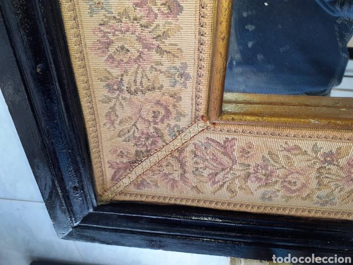Antigüedades: Gran Espejo con marco de madera y tapiz.. 101 x 79 cm - Foto 5 - 244887695