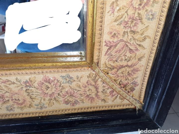 Antigüedades: Gran Espejo con marco de madera y tapiz.. 101 x 79 cm - Foto 6 - 244887695