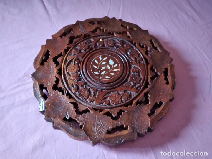 PRECIOSO TABLERO DE MESA INDU DE MADERA MACIZA Y NOBLE TALLADA CON DECORACIONES DE NACAR (Antigüedades - Muebles Antiguos - Mesas Antiguas)