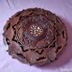 Antigüedades: PRECIOSO TABLERO DE MESA INDU DE MADERA MACIZA Y NOBLE TALLADA CON DECORACIONES DE NACAR. Lote 244911730