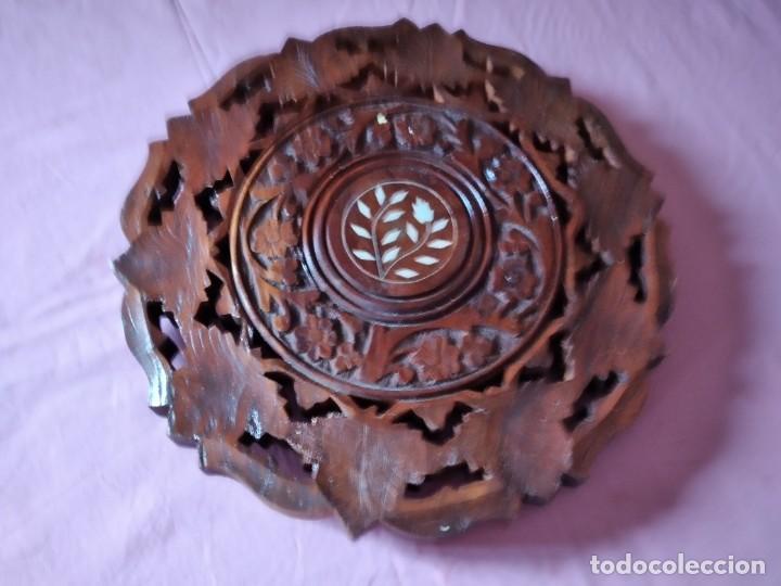 Antigüedades: Precioso tablero de mesa indu de madera maciza y noble tallada con decoraciones de nacar - Foto 2 - 244911730