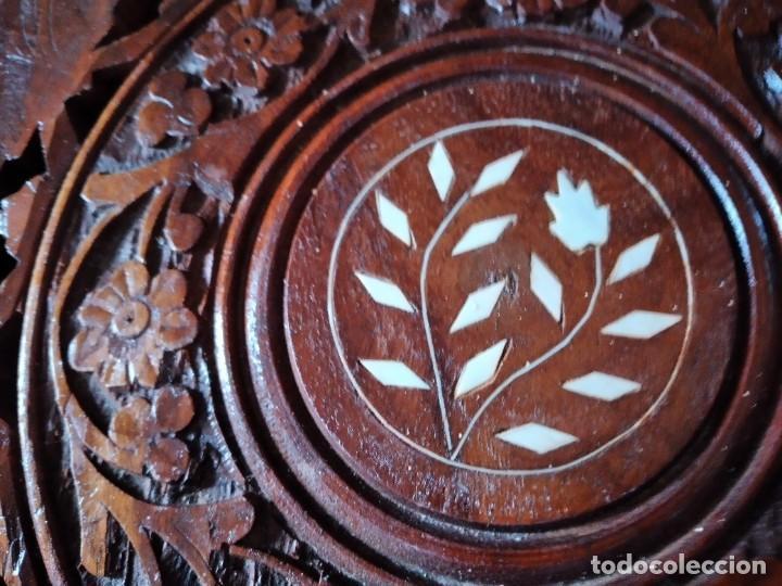 Antigüedades: Precioso tablero de mesa indu de madera maciza y noble tallada con decoraciones de nacar - Foto 3 - 244911730