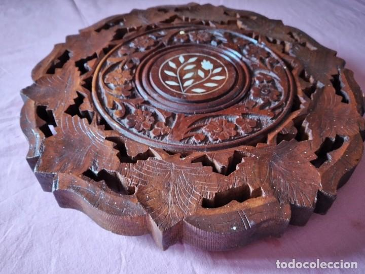 Antigüedades: Precioso tablero de mesa indu de madera maciza y noble tallada con decoraciones de nacar - Foto 4 - 244911730
