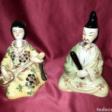 Antigüedades: PAREJA DE FIGURAS JAPONESAS CON CABEZAS OSCILANTES. Lote 244923235
