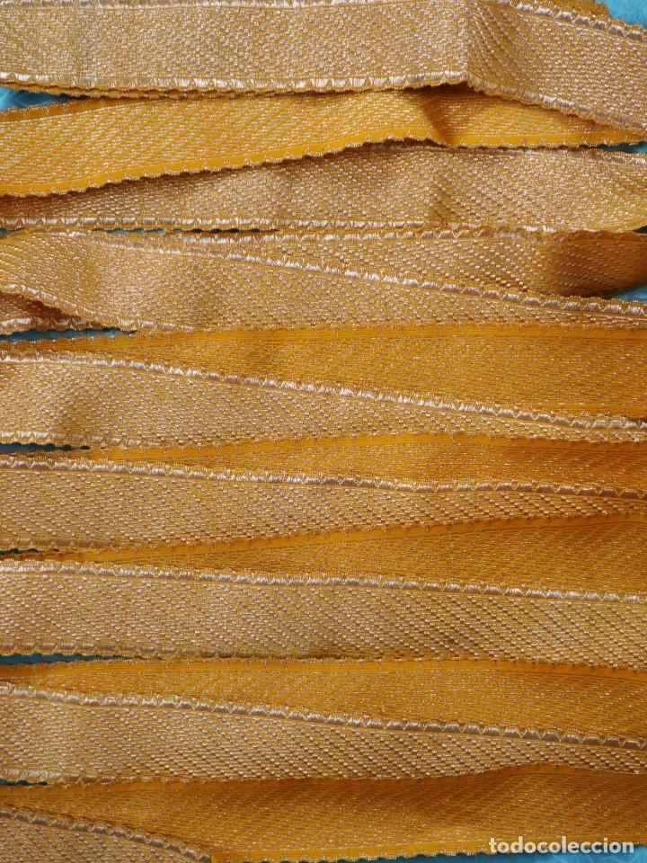 Antigüedades: Galón confeccionado en hilo amarillo e hilo metálico dorado. Pps. S. XX. Mide 6 metros x 4,5 cm. - Foto 2 - 244934080