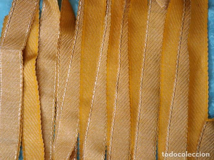 Antigüedades: Galón confeccionado en hilo amarillo e hilo metálico dorado. Pps. S. XX. Mide 6 metros x 4,5 cm. - Foto 3 - 244934080