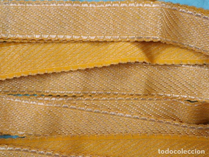 Antigüedades: Galón confeccionado en hilo amarillo e hilo metálico dorado. Pps. S. XX. Mide 6 metros x 4,5 cm. - Foto 4 - 244934080
