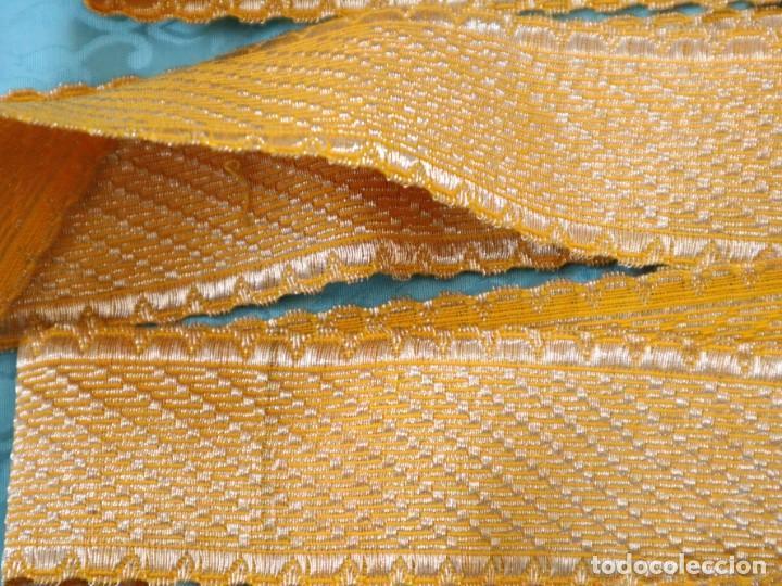 Antigüedades: Galón confeccionado en hilo amarillo e hilo metálico dorado. Pps. S. XX. Mide 6 metros x 4,5 cm. - Foto 6 - 244934080