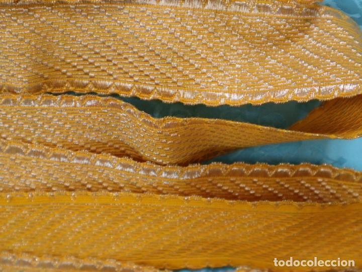 Antigüedades: Galón confeccionado en hilo amarillo e hilo metálico dorado. Pps. S. XX. Mide 6 metros x 4,5 cm. - Foto 7 - 244934080