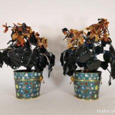Antigüedades: PAREJA DE MACETAS CHINAS CON JADE SIGLO XIX. Lote 244959550