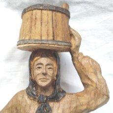Antigüedades: MUJER CON TONEL, TALLA MADERA POLICROMADA ARTE POPULAR NORTE EUROPA. MED. 22,50 CM. Lote 244962345