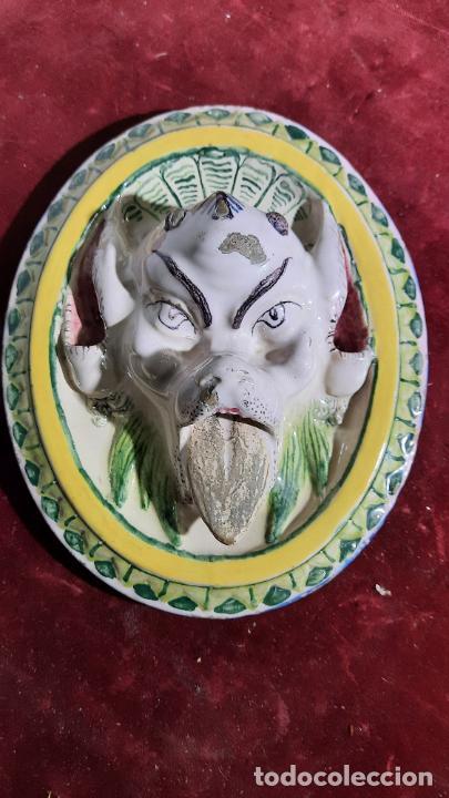 CURIOSA PIEZA DE CERAMICA ESMALTADA DE SIGLO XVIII ALCORA ,RIBESALBES?SOPORTE DE PARED PARA FLORES (Antigüedades - Porcelanas y Cerámicas - Alcora)