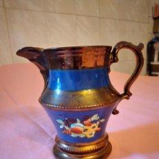 Antigüedades: ANTIGUA JARRA DE PORCELANA PINTADA EN COBRE ,AZUL Y FLORES EN RELIEVE.AÑOS 30/40. STAFFORDSHIRE. Lote 245001020