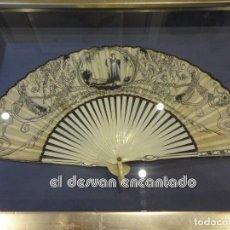 Antigüedades: ANTIGUO ABANICO MODERNISTA. ILUSTRADO A MANO. ORIGINAL PPIOS. SIGLO XX. SE ENVÍA CON MARCO EXPOSITOR. Lote 245013260
