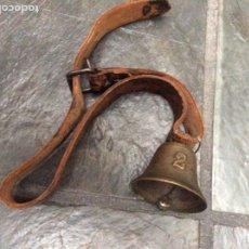 Antigüedades: COLLAR CON CAMPANA ANTIGUA EN BRONCE N.2 SONIDO MUY FINO. Lote 245028790