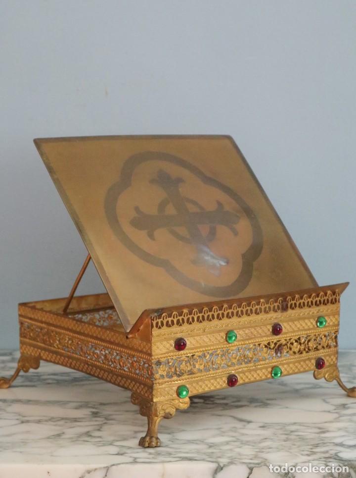 Antigüedades: Atril eclesiástico elaborado en metal dorado. Hacia 1900. Mide 30 x 30 cm. - Foto 3 - 244935890