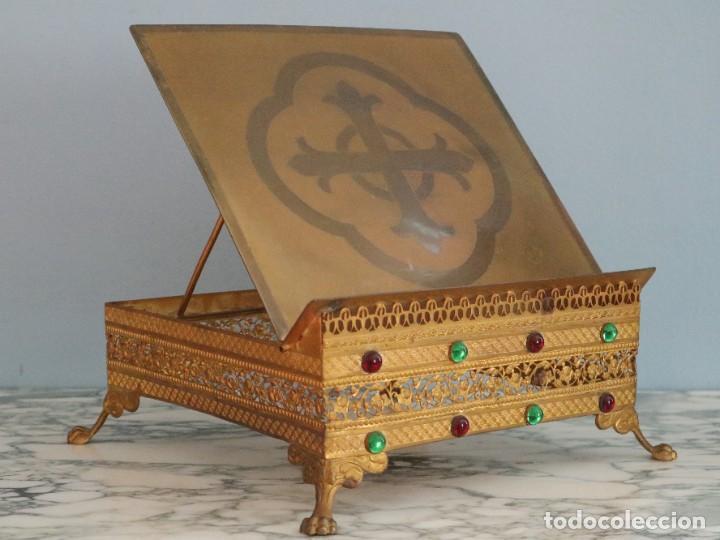 Antigüedades: Atril eclesiástico elaborado en metal dorado. Hacia 1900. Mide 30 x 30 cm. - Foto 2 - 244935890