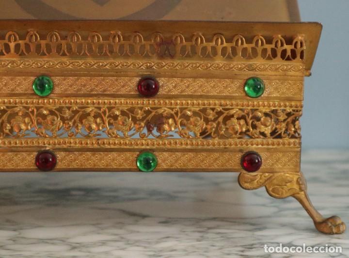 Antigüedades: Atril eclesiástico elaborado en metal dorado. Hacia 1900. Mide 30 x 30 cm. - Foto 4 - 244935890