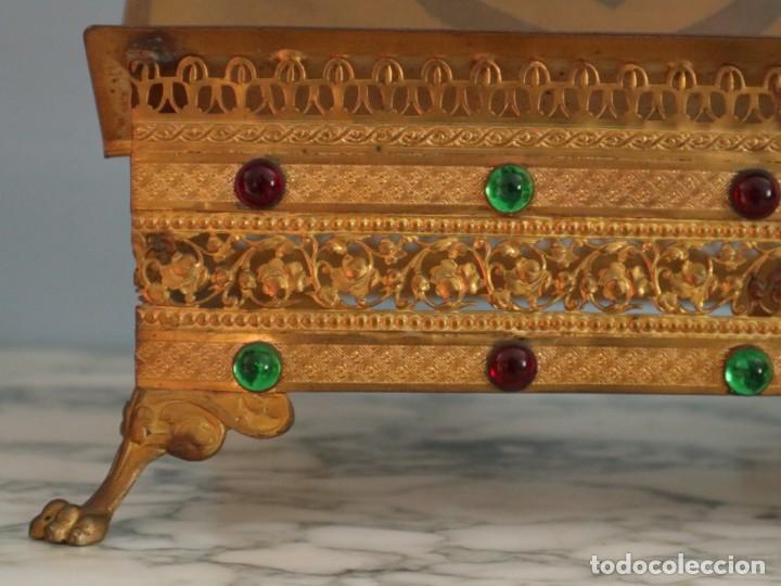 Antigüedades: Atril eclesiástico elaborado en metal dorado. Hacia 1900. Mide 30 x 30 cm. - Foto 6 - 244935890