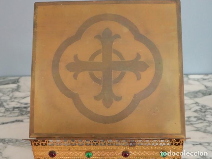 Antigüedades: Atril eclesiástico elaborado en metal dorado. Hacia 1900. Mide 30 x 30 cm. - Foto 7 - 244935890