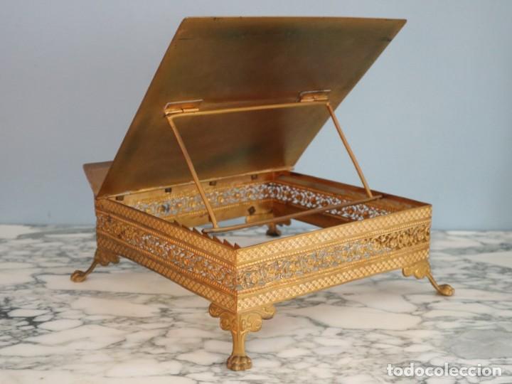 Antigüedades: Atril eclesiástico elaborado en metal dorado. Hacia 1900. Mide 30 x 30 cm. - Foto 8 - 244935890