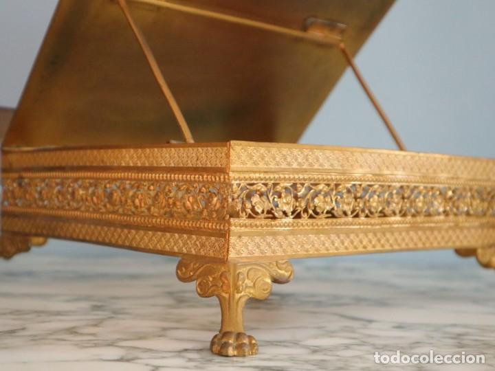 Antigüedades: Atril eclesiástico elaborado en metal dorado. Hacia 1900. Mide 30 x 30 cm. - Foto 10 - 244935890