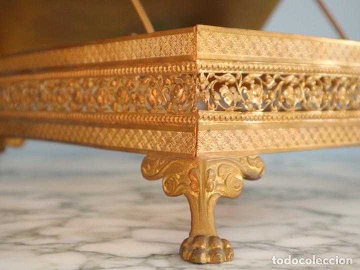Antigüedades: Atril eclesiástico elaborado en metal dorado. Hacia 1900. Mide 30 x 30 cm. - Foto 11 - 244935890