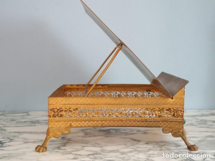 Antigüedades: Atril eclesiástico elaborado en metal dorado. Hacia 1900. Mide 30 x 30 cm. - Foto 12 - 244935890