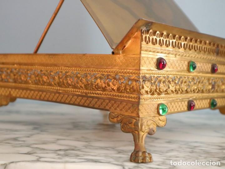Antigüedades: Atril eclesiástico elaborado en metal dorado. Hacia 1900. Mide 30 x 30 cm. - Foto 13 - 244935890