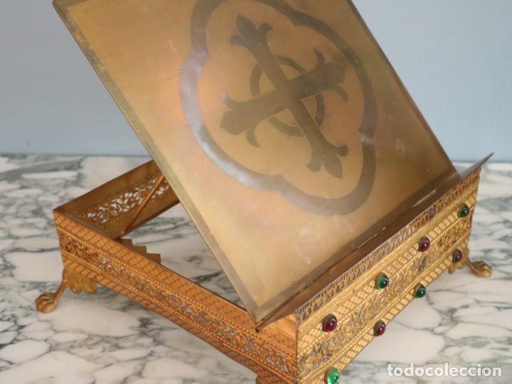 Antigüedades: Atril eclesiástico elaborado en metal dorado. Hacia 1900. Mide 30 x 30 cm. - Foto 14 - 244935890
