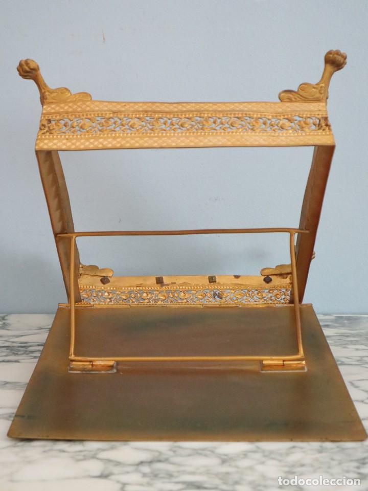 Antigüedades: Atril eclesiástico elaborado en metal dorado. Hacia 1900. Mide 30 x 30 cm. - Foto 15 - 244935890