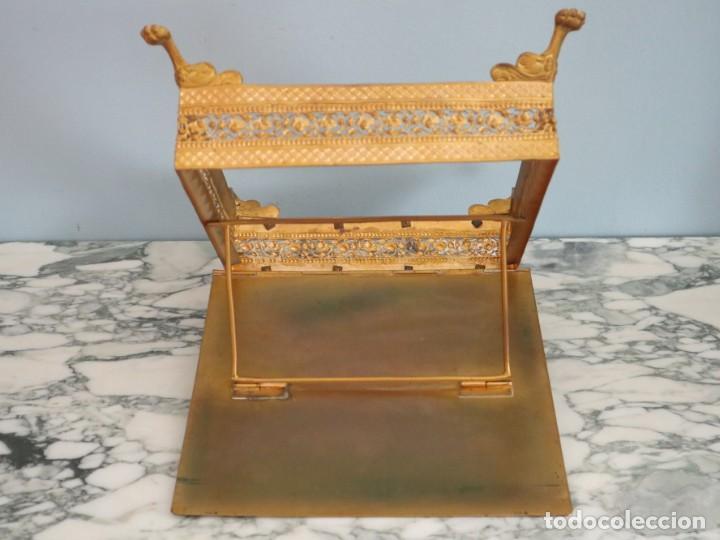 Antigüedades: Atril eclesiástico elaborado en metal dorado. Hacia 1900. Mide 30 x 30 cm. - Foto 16 - 244935890