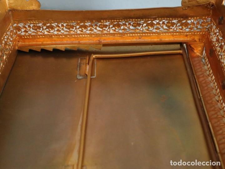 Antigüedades: Atril eclesiástico elaborado en metal dorado. Hacia 1900. Mide 30 x 30 cm. - Foto 18 - 244935890