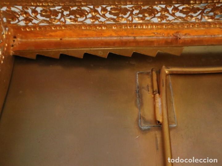 Antigüedades: Atril eclesiástico elaborado en metal dorado. Hacia 1900. Mide 30 x 30 cm. - Foto 19 - 244935890