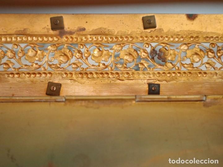 Antigüedades: Atril eclesiástico elaborado en metal dorado. Hacia 1900. Mide 30 x 30 cm. - Foto 20 - 244935890