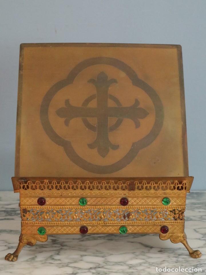 Antigüedades: Atril eclesiástico elaborado en metal dorado. Hacia 1900. Mide 30 x 30 cm. - Foto 5 - 244935890