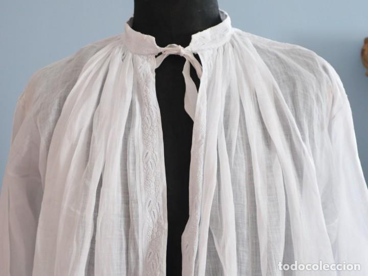 Antigüedades: Alba confeccionada en muy fino algodón y encajes manuales. Hacia 1900. - Foto 2 - 245119670