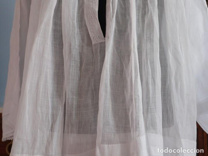 Antigüedades: Alba confeccionada en muy fino algodón y encajes manuales. Hacia 1900. - Foto 3 - 245119670