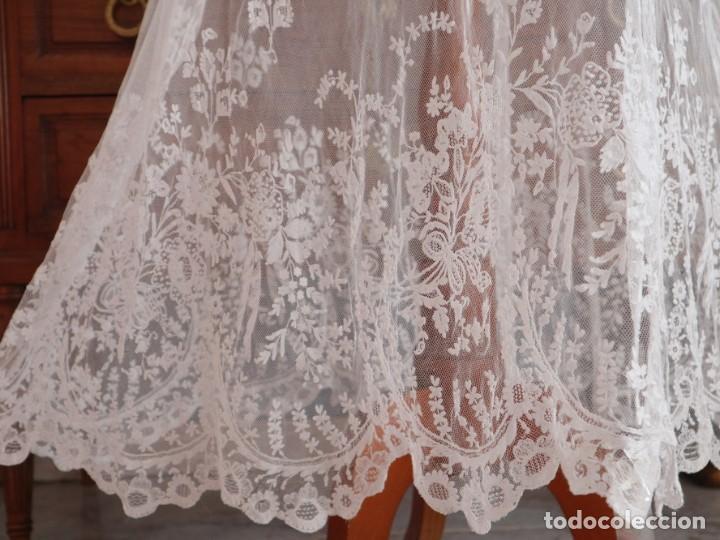 Antigüedades: Alba confeccionada en muy fino algodón y encajes manuales. Hacia 1900. - Foto 5 - 245119670