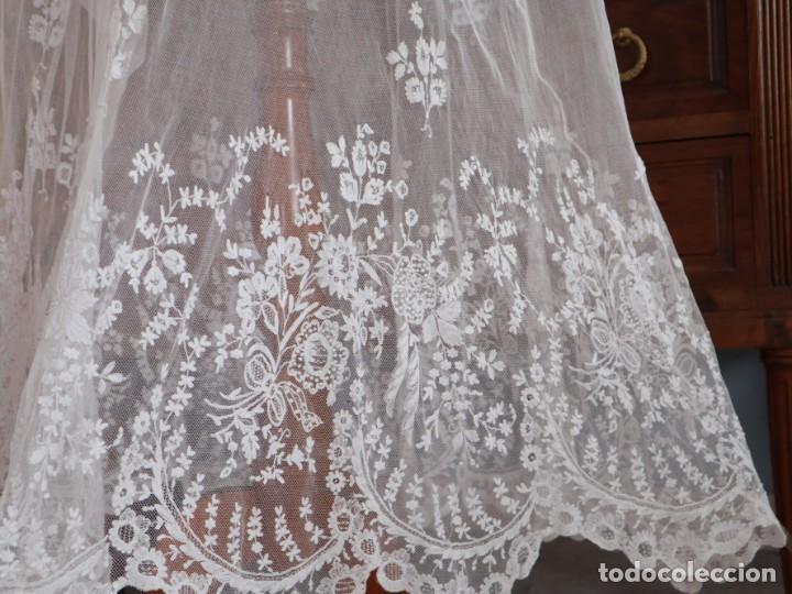 Antigüedades: Alba confeccionada en muy fino algodón y encajes manuales. Hacia 1900. - Foto 6 - 245119670
