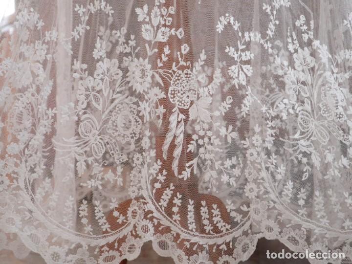 Antigüedades: Alba confeccionada en muy fino algodón y encajes manuales. Hacia 1900. - Foto 7 - 245119670
