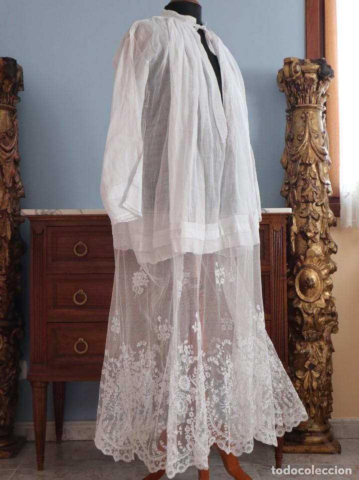 Antigüedades: Alba confeccionada en muy fino algodón y encajes manuales. Hacia 1900. - Foto 9 - 245119670
