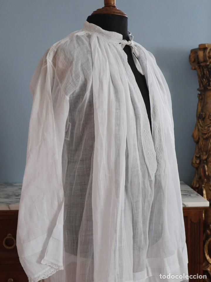 Antigüedades: Alba confeccionada en muy fino algodón y encajes manuales. Hacia 1900. - Foto 10 - 245119670