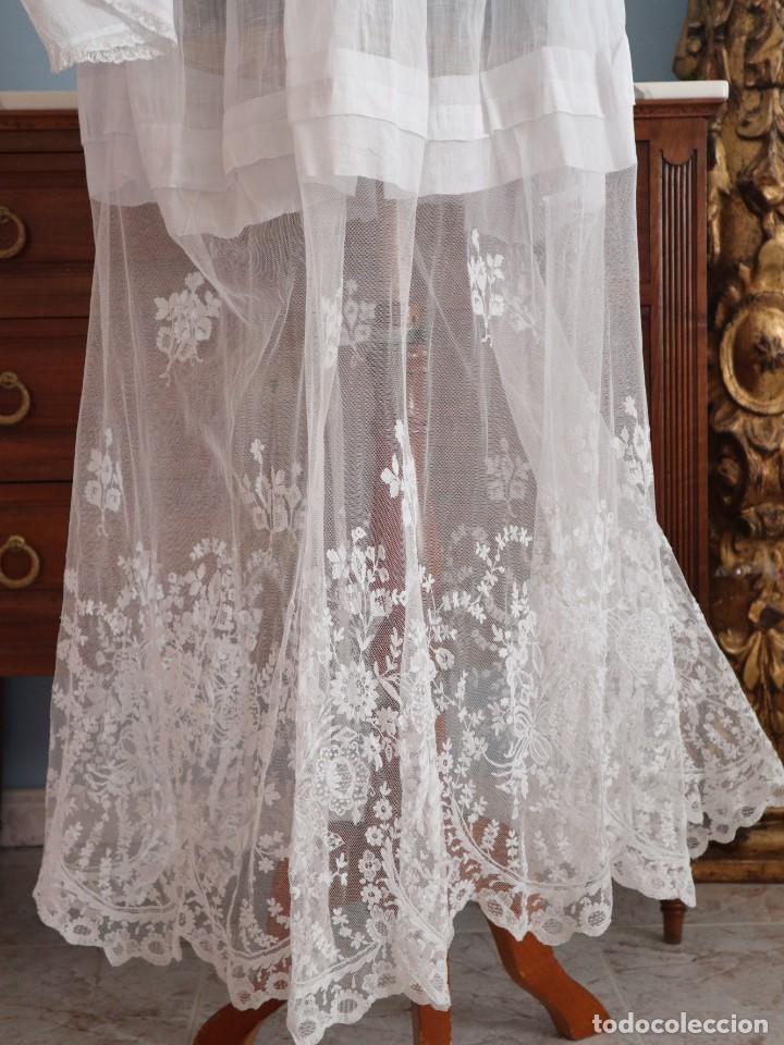 Antigüedades: Alba confeccionada en muy fino algodón y encajes manuales. Hacia 1900. - Foto 11 - 245119670