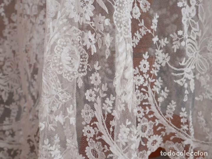Antigüedades: Alba confeccionada en muy fino algodón y encajes manuales. Hacia 1900. - Foto 12 - 245119670